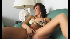 Milf rubbing that shaved pussy - Julia Reaves