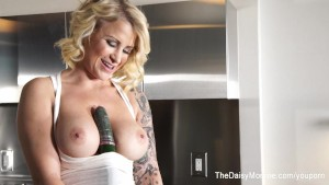 Daisy Monroe fucks herself