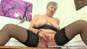 English granny Savana is fingering her old pussy