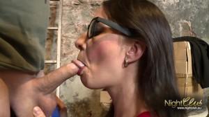 Brünettes Girl im Keller gefi