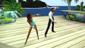Fred Adjani et Charlotte dansent au bord de mer sur une chanson rythmée