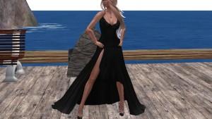 Une jolie blonde virtuelle en longue robe sexy