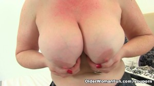 British milf Janey loves dildo