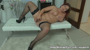 Well rounded milf Riona rubs h
