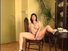 Brunette gyrating to her own tune [clip]