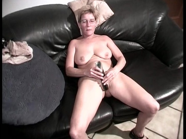 naked girl making herself cum