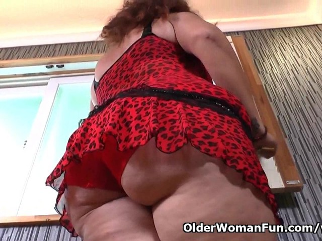 Latina milf Sandra is flaunting her bubble butt and full tits