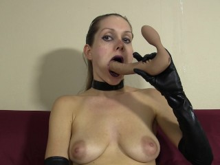 In gloves and choker gives messy lipstick blowjob to dildo...