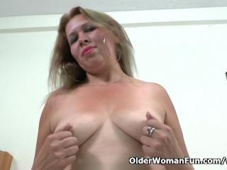 Latina milf Cintia lowers her panties for pleasure