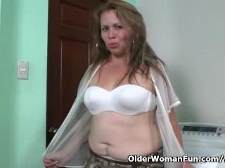 Latina milf cintia enjoys clothespins on her nipples