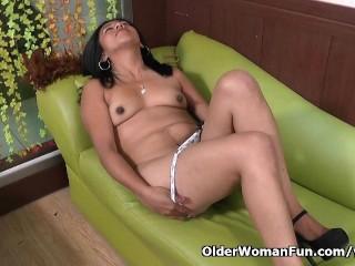 Latina milf Veronica takes a masturbation break