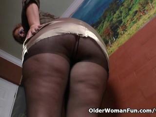 Latina milf Sandra needs relaxing after a hard days work